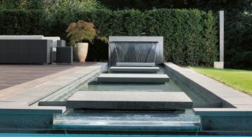 Stilpunkte-Blog: Wasserbecken und Sitzgruppe in modernem Garten. Foto: Jensen Landschaftsarchitekten
